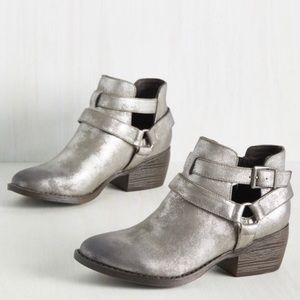 BC FOOTWEAR Pewter Metallic Vegan Ankle Bootie NIB
